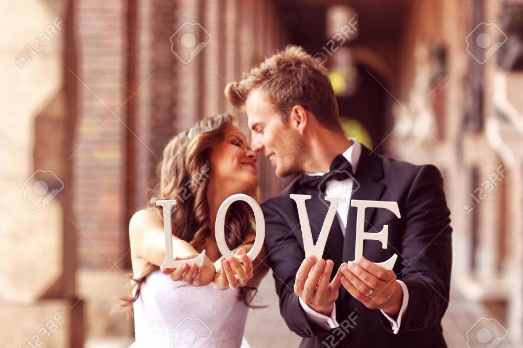45822623-mooie-bruid-en-bruidegom-kussen-en-houden-liefdesbrieven