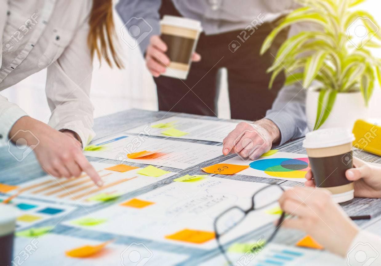 71935460-brainstormen-brainstorm-zakenmensen-ontwerp-planning